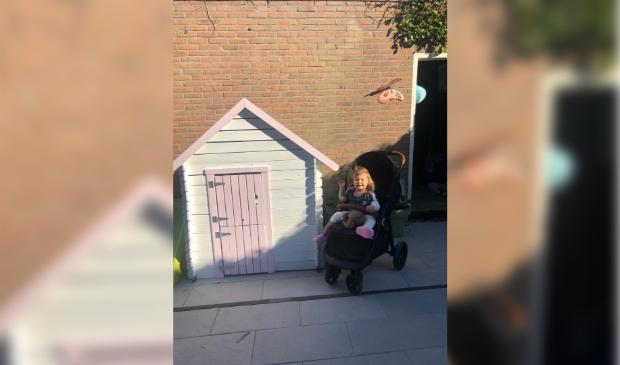 Het nichtje van Monique was maar wat blij met het tuinhuisje.