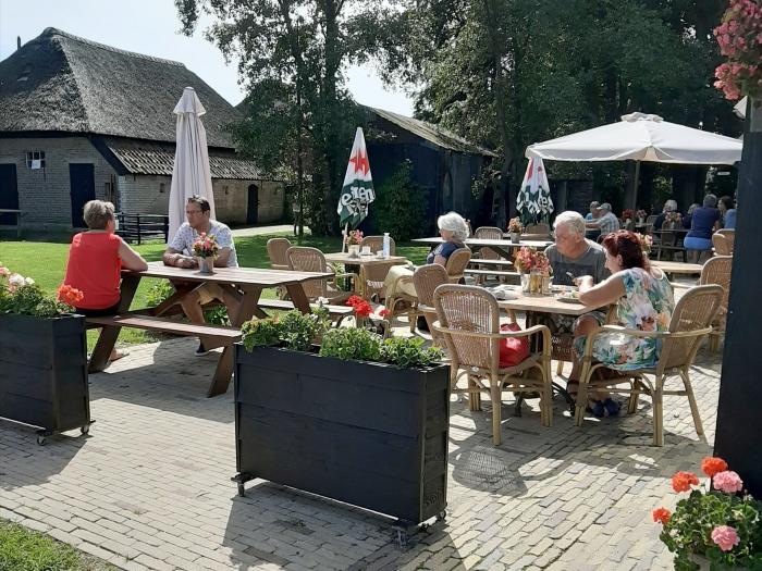 Ook de theeschenkerij van de Mariahoeve met het terras is weer open voor publiek.
