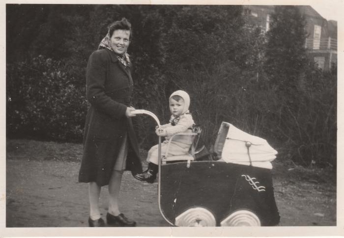 Cathrien van Ballegoy-Cligge met oudste zoon Cees op de wagen en Co erin Eigen foto © BDU media