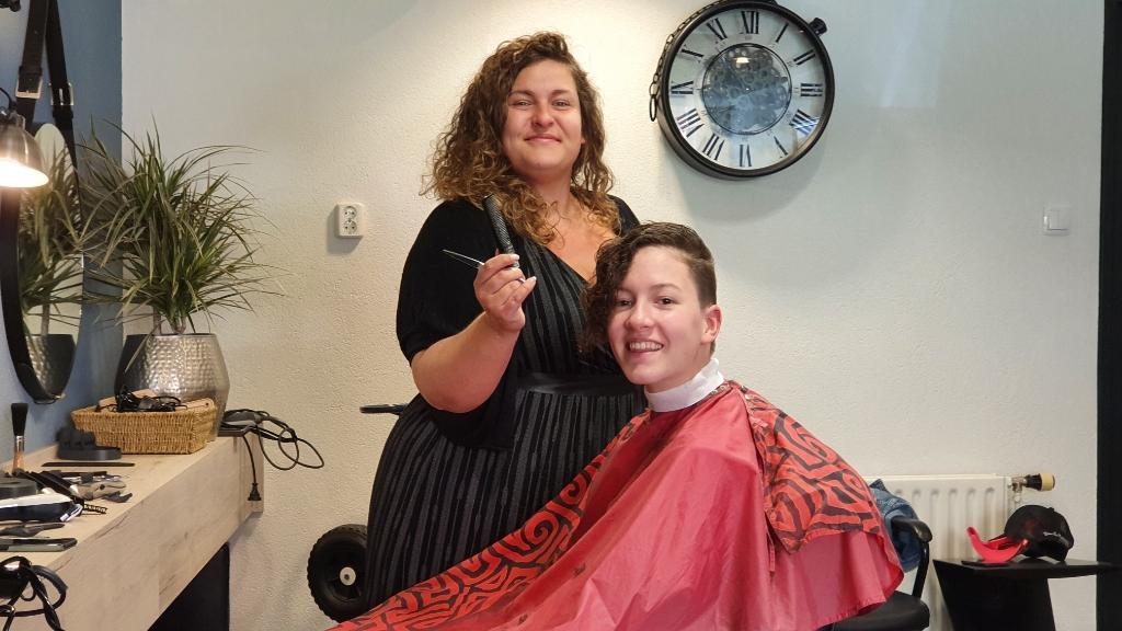 Jennifer is blij haar klanten van jong tot oud weer te mogen knippen. Irene van Valen © BDU media