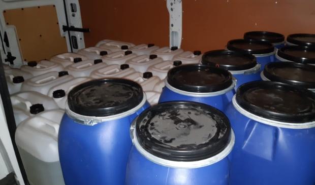 De vaten in de bus met grondstoffen voor productie van synthetische drugs.