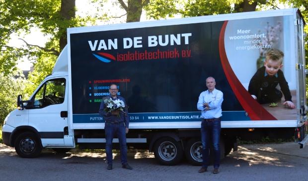Managementwissel bij Van de Bunt Installatietechniek: Henk van de Bunt (links) draagt het stokje over aan Steven Endema.