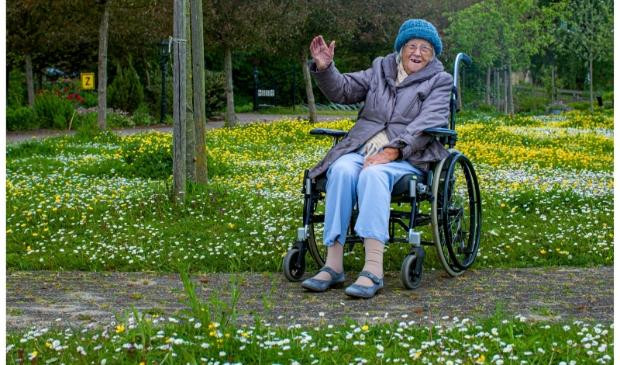 Mevrouw Lange gefotografeerd door haar zoon Peter tijdens de wandeling rondom De Blinkert