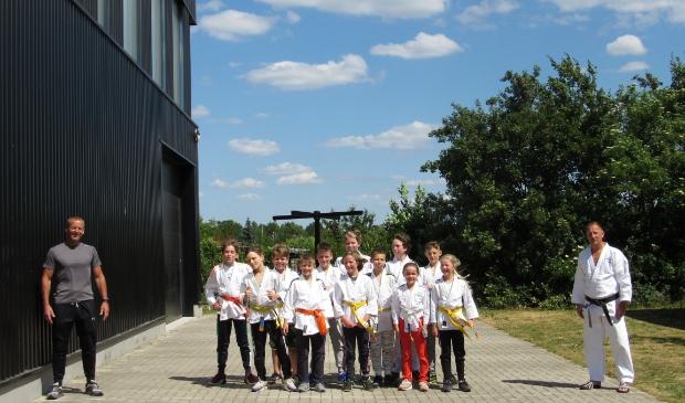 Ron van Lamoen en Sander Mackaaij hebben de wedstrijdgroep jeugd van Judovereniging Groot Houten buiten les gegeven. Zij hopen dat de 1,5-meter regel van tijdelijke aard zal zijn.
