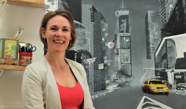 Robyn bij haar derde schilderij van deze actie: 'New York - the city that suddenly sleeps'