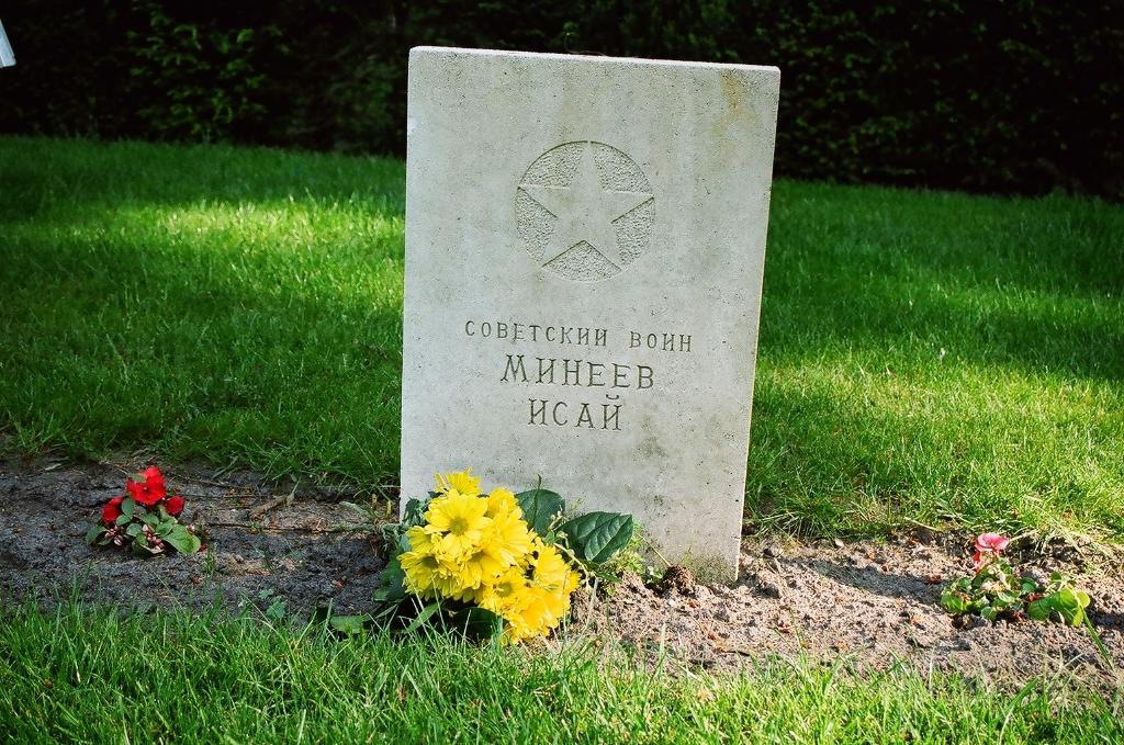 De grafsteen van Isaj Jelizarovitsj Minejev. Stichting Sovjet Ereveld © BDU media