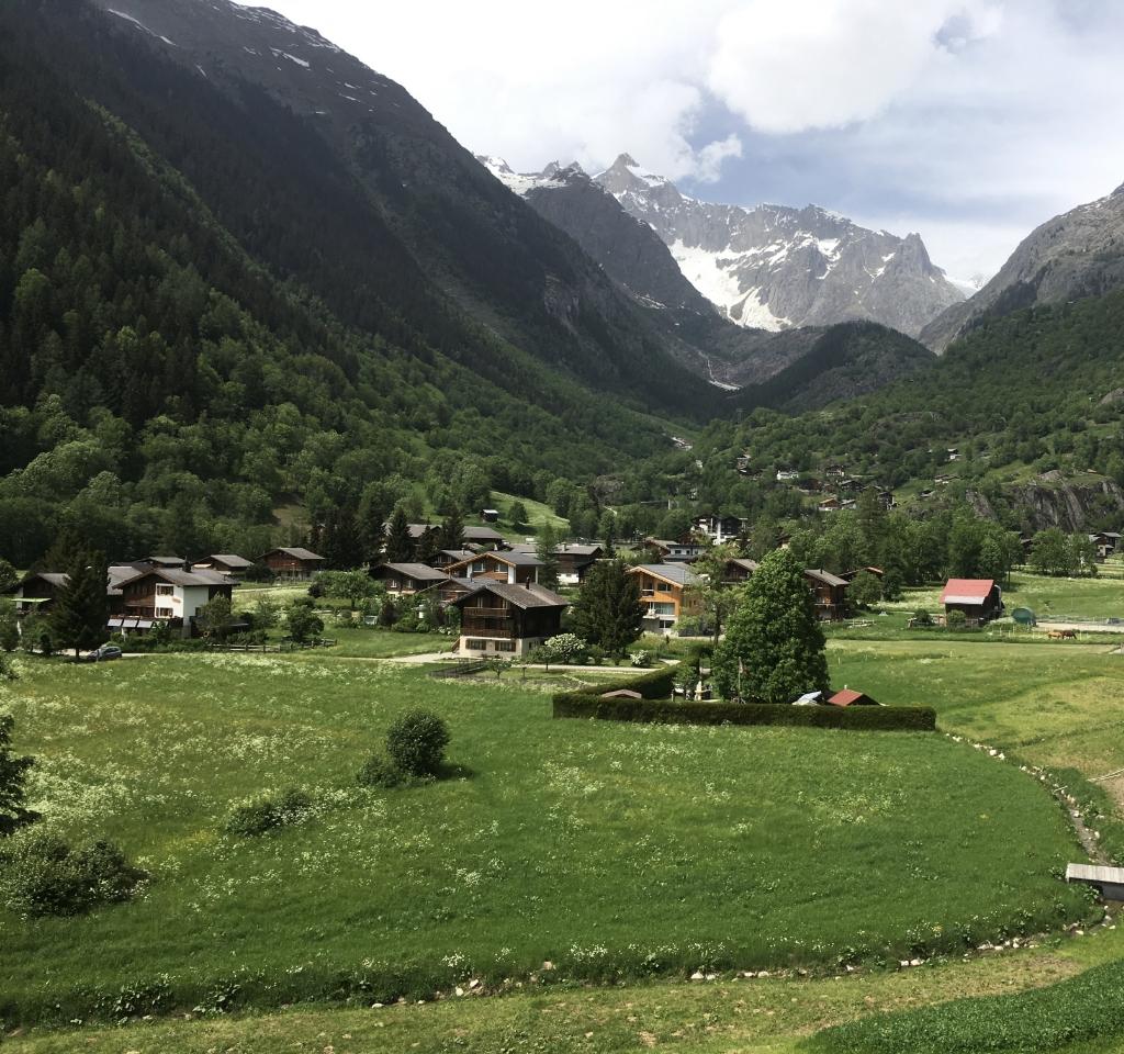Fieschertal, een klein dorpje in de Zwitserse bergen. Op de voorgrond het huis van de Hazewinkels. Hazewinkel © BDU media