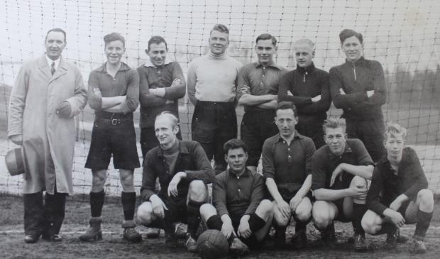Emanuel Klasser (staand derde van links) en Arnoldus van Daal (keeper met coltrui) op een elftalfoto van het tweede elftal uit 1935. Beide Quickers overleven de oorlog niet. Vijf andere trouwe Quick-spelers evenmin.
