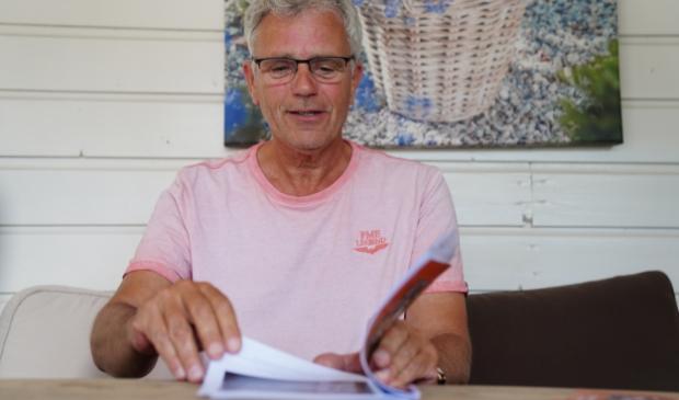 Dick Backer bladert door de proefdruk van zijn vierde boekje.