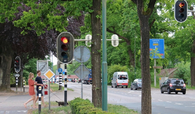 De kruising in de dorpskern van Maarsbergen vlakbij de nog steeds onveilige gelijkvloerse spoorwegovergang.