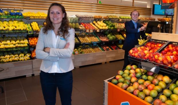 Supermarktmanager Chantal van Moorselaar en haar assistent Mart van Geemen zijn trots op hun vernieuwde Albert Heijn Overhees.