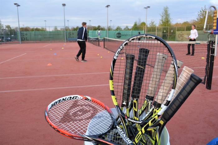 Tennisrackets zijn beschikbaar tijdens de proeflessen bij Keltenwoud. Nico de Gouw © BDU Media