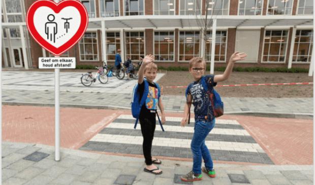 Laat de kinderen zo veel mogelijk alleen naar school gaan, en anders in elk geval niet met de auto. Dat is het advies van Veilig Verkeer Nederland.