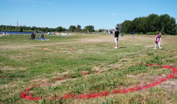 Even wennen voor de bezoekers van de Ouderkerkerplas, die rode cirkels in het gras.