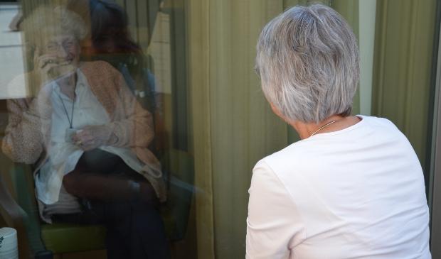 Mevrouw Van Eijk praat gezellig met dochter Anneke