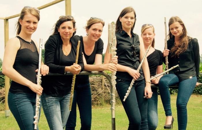Linda Speulman (3e van rechts) met het fluitensemble 6Sense waarmee zij vroeger optrad