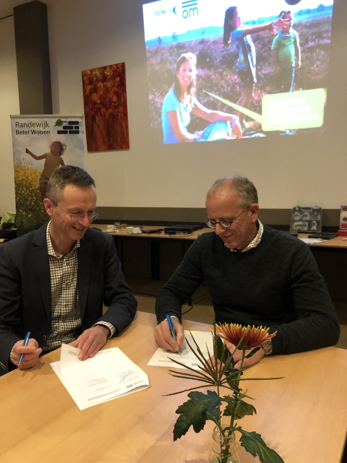 Geurt (rechts, locatie eigenaar) tekent de samenwerkingsovereenkomst met Teun (links, ValleiEnergie)