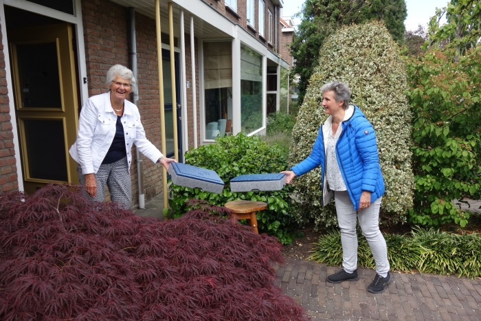 Martine de Witte-de Bouter en Edith van der Velden. Edith heeft zich 35 jaar lang ingezet voor Tafeltje Dekje in de woonkern Bunnik.
