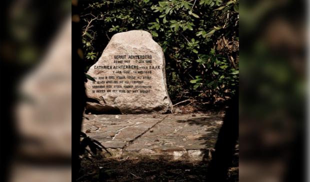 Grafsteen op de plek waar Gerrit Achterberg, de beroemde dichter, begraven ligt.