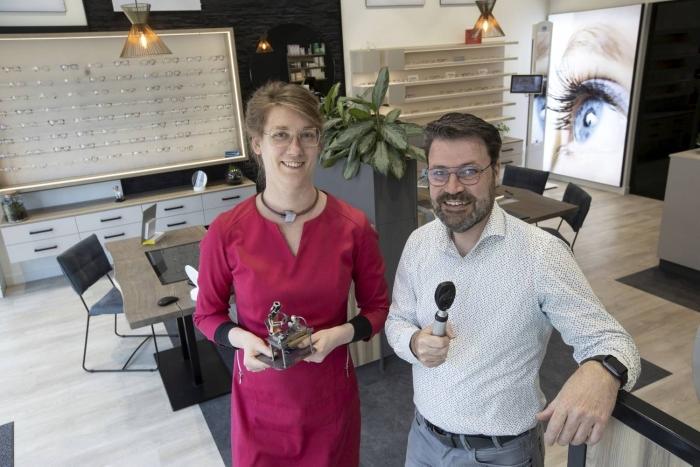 Ellie Hovestadt en Ronald Kilian in hun optiekwinkel in Gorinchem.
