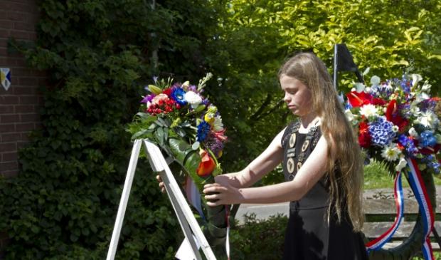 Kinderburgemeester Sarah legt een krans