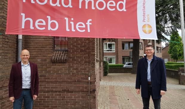 Geert van Dijk (links) en Alexander Veerman (hier samen voor de Gereformeerde Kerk aan de Middeldiepstraat) hebben veel werk gehad aan het 'digitaliseren' van hun geloofsgemeenschappen.