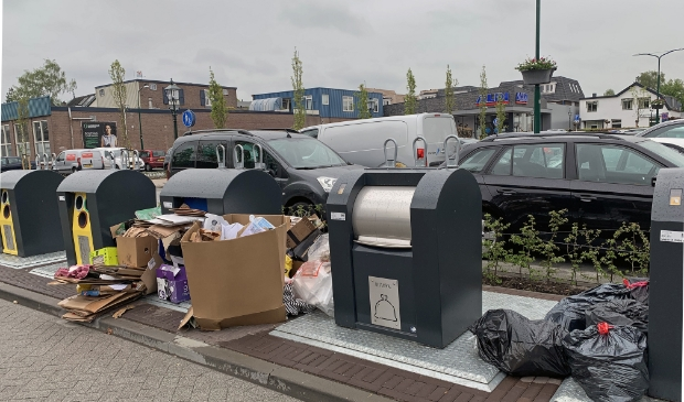 Gedumpt afval rond de ondergrondse containers op het Laanplein ontsiert structureel de entree van het Baarnse winkelcentrum.