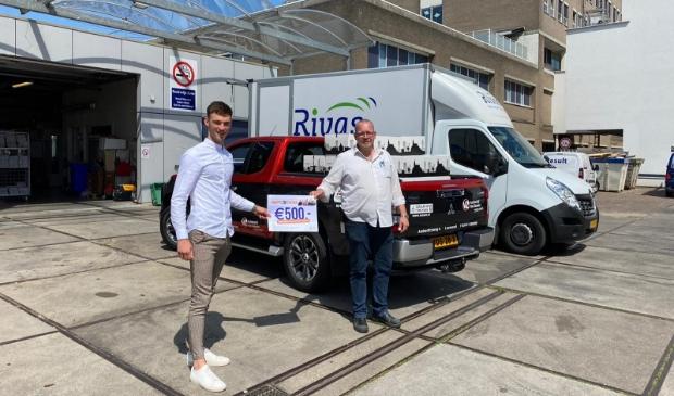 Overhandiging waarderingspakketten aan het Beatrixziekenhuis door Kevin de Jong (l) namens jongerenraad Rabobank.
