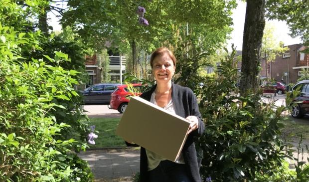 Esmée Beekman bezorgt een Foodbox.