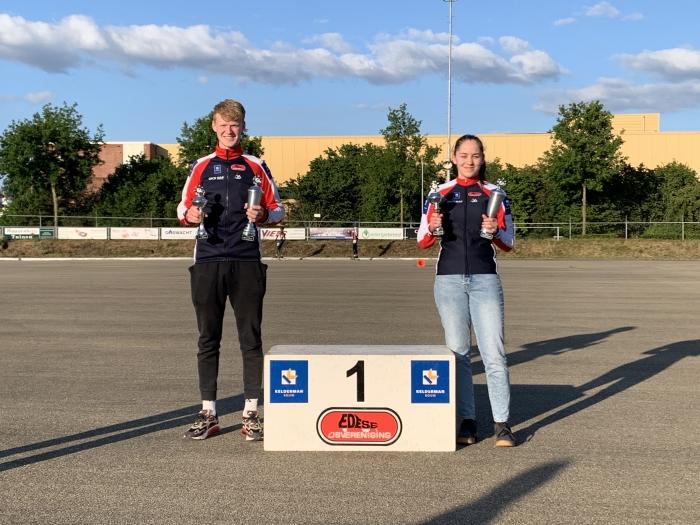 Jasmijn en Chaim ontvangen de EIJV-clubkampioenbekers.