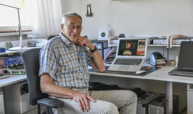 Armand Trippaers van Stichting Bridge Activiteiten Soest helpt de bridgers deze periode op weg in de digitale bridgewereld.