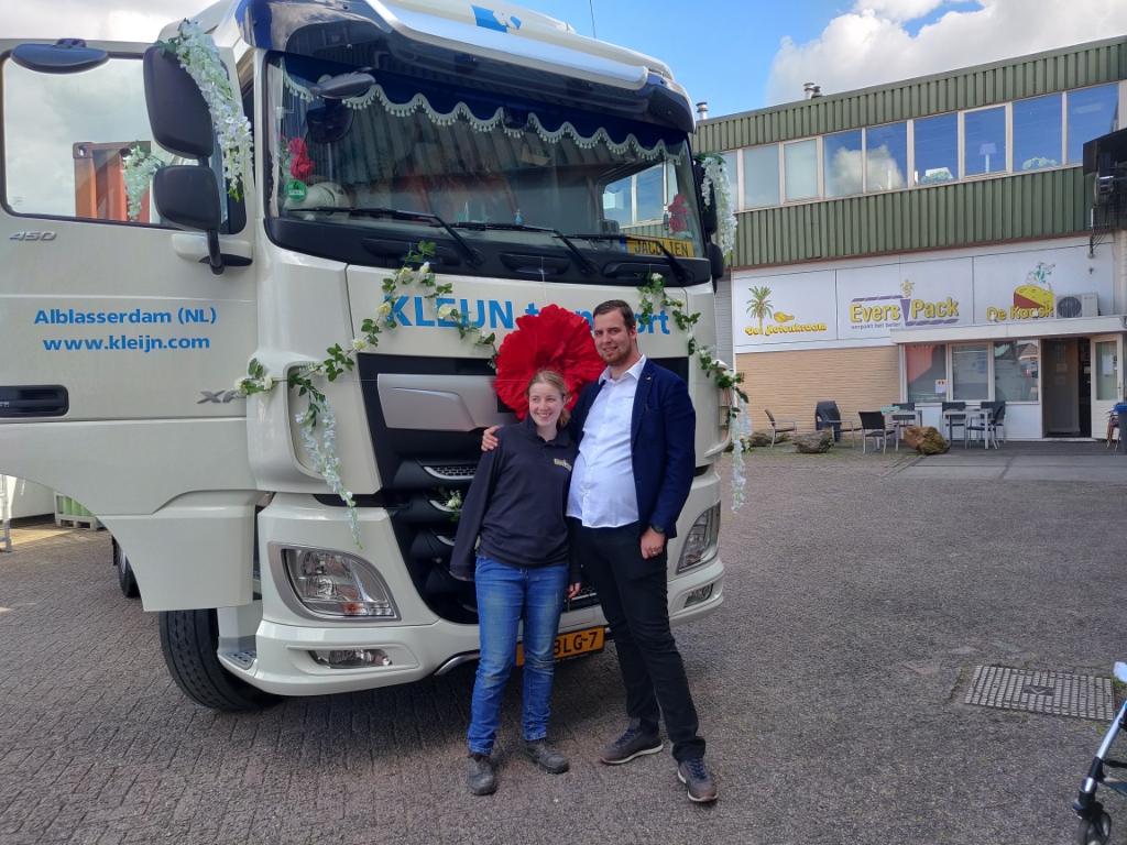 Jacolien en Carlo Voor de versierde truck bij Evers Pack Peter © BDU media
