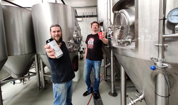 Koen Overeem (links) en Wiebe Groeneveld zijn maar wat trots op 'hun biertje'.