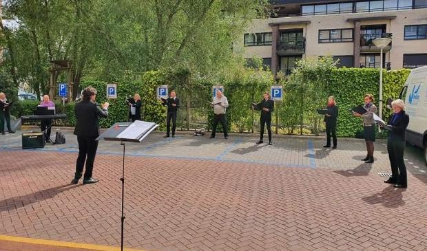 De negen zangers van het koor staan tijdens het optreden op gepaste afstand.