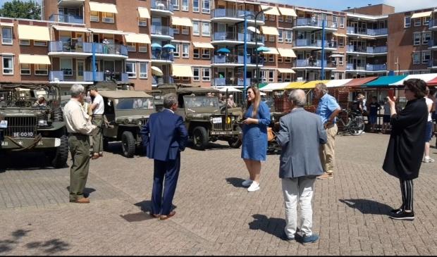 Vanaf de Cornelisweer vertrokken verschillende legervoertuigen om de broodbol bij de ouderen te bezorgen.