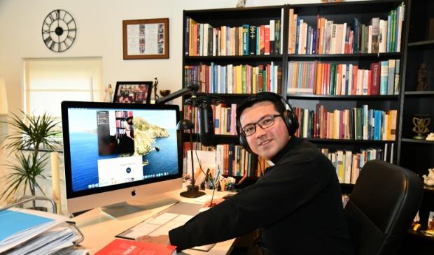 Ook God's wegen gaan digitaal. Pastor Mauricio Meneses biedt op afstand geestelijke ondersteuning en probeert ook op technisch vlak de weg te wijzen.