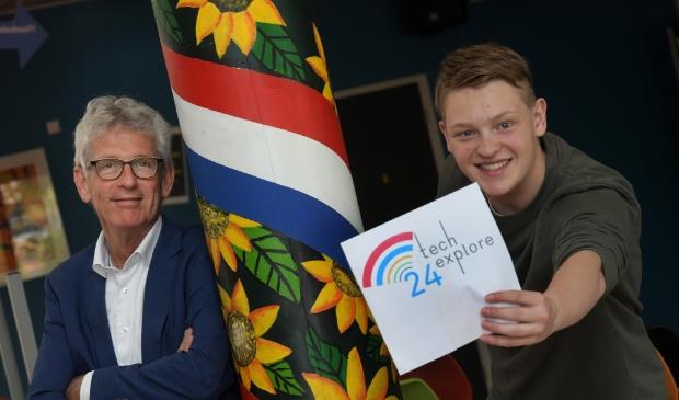 André Viets en leerling Tijs Blokhuizen van Lek en Linge tonen vol trots het logo van het project TechExplore 24