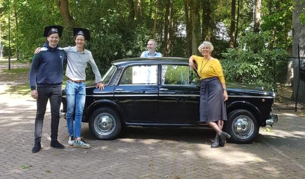 De leerkrachten Van Laanen en mevrouw Doosje (beiden mentor gymnasium en docent klassieke talen) gingen zelfs met een oldtimer op pad om mentorleerlingen te verrassen.