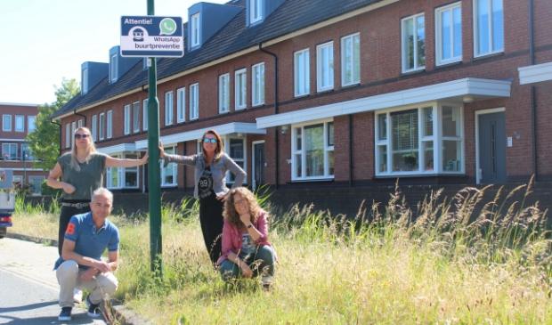 Vier wijkbeheerders bij een van de drie Whatsapp buurtpreventie borden die vrijdag 29 mei geplaatst zijn. V.l.n.r Bianca de Jager, William Baars, Willeke van Zoest en Irene van Valen.