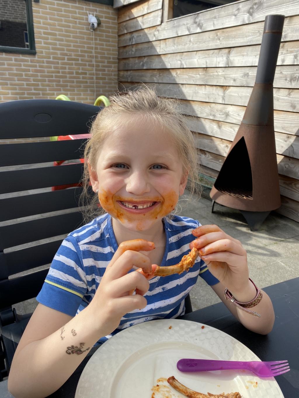 """,,Genieten met een 'big smile' in eigen tuin...  dat kan ons smulkontje Yara wel.""""  Jessica van Ruitenbeek © BDU Media"""