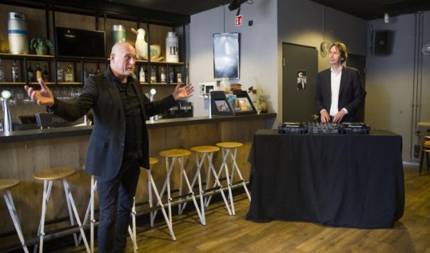 Wethouder Raat krijgt van Gerard Lohuis van P60 uitleg over zijn streamingdienst.