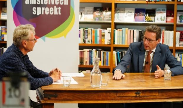 Burgemeester Tjapko Poppens in gesprek met interviewer Frans Huissen.