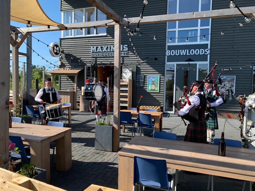 De 'Schotten' op het terras Maximus Brouwerij © BDU media