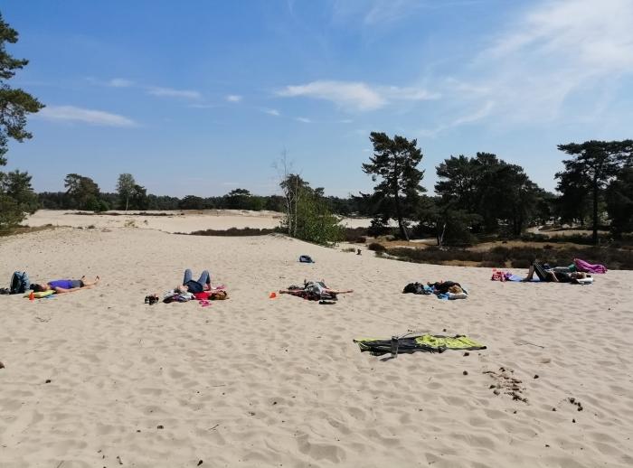 Ontspanning tijdens yoga in de duinen van Yogastudio Soest Ria Voerman © BDU media