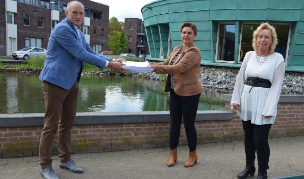 Janica van Eck overhandigt de petities aan wethouder Hans Marchal