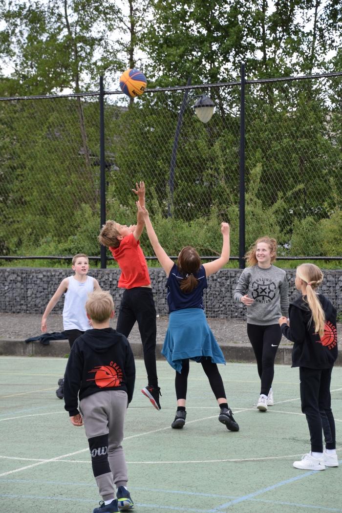 Jongeren genieten van basketbal
