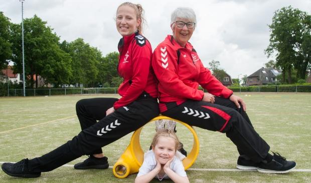 Agnes Kraaikamp, mede-oprichter van korfbalvereniging De Eemvogels, met schoondochter Jade en kleindochter Philou.