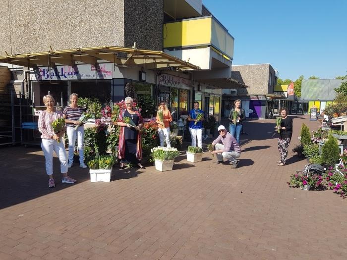 De medewerkers van Mantelzorg en Meer met een medewerker van de Rabobank bij Bakker Bloemen Fleurist.