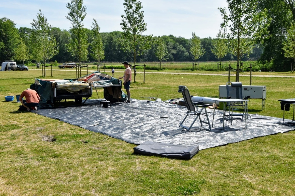 Op de plek voor dagrecreatie testen twee mannen uit Purmerend de kampeerspullen. Joop Touw © BDU media