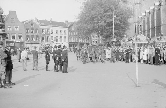 Aftocht van Duitse militairen met paard en wagen. Zij zijn niet ontwapend, maar dragen hun geweren op de rug.